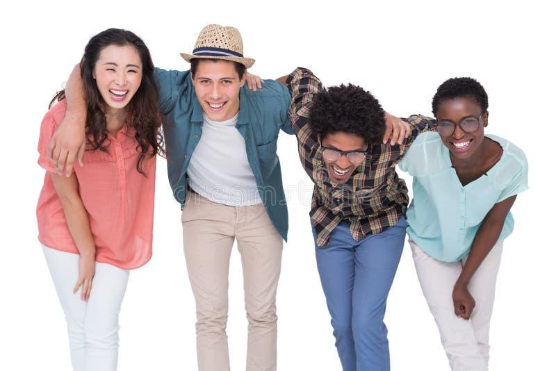 Amigos à moda que sorriem na câmera junto fotos de stock