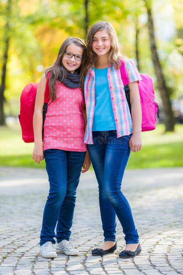 Amigos adolescentes com schoolbag foto de stock royalty free