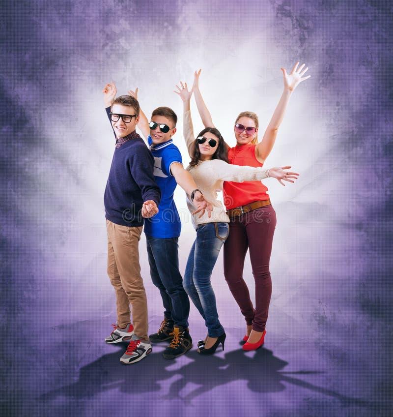 Amigos adolescentes de dança no fundo abstrato do grunge fotos de stock
