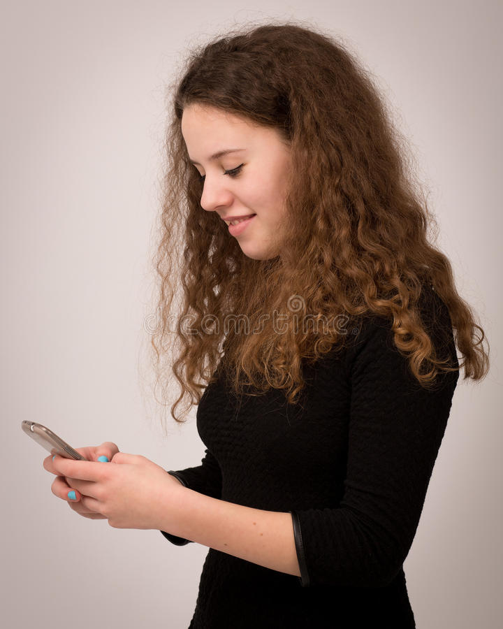 Amigos adolescentes de Ginger Girl Texting To Her imágenes de archivo libres de regalías