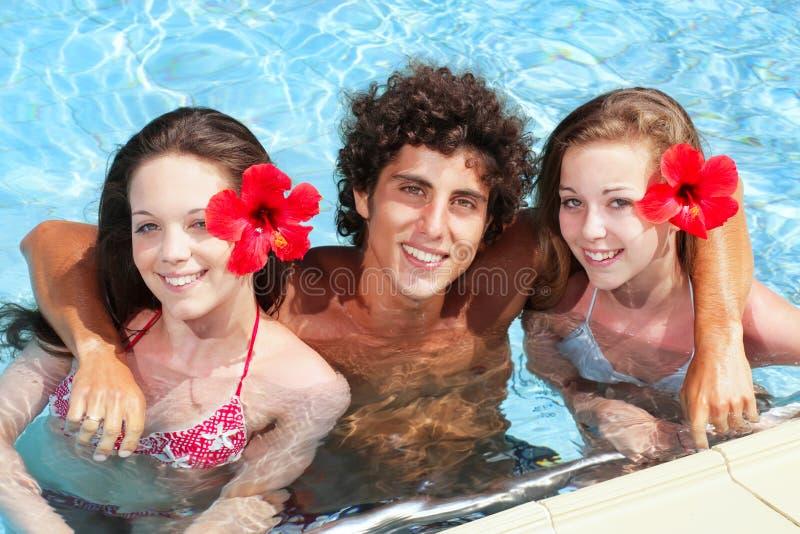 Amigos adolescentes em uma piscina foto de stock