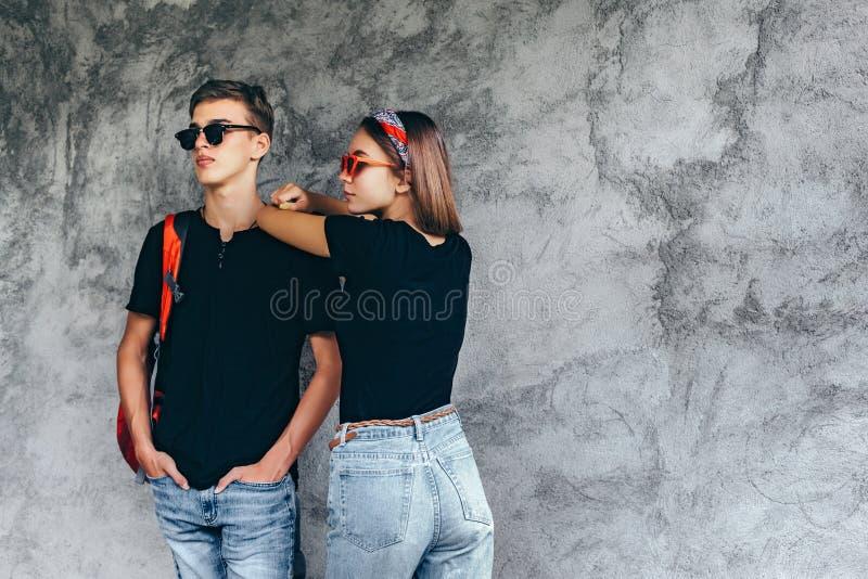 Amigos adolescentes en la misma ropa fotos de archivo