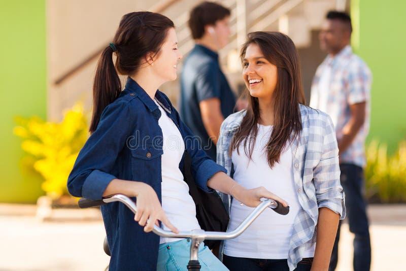 Amigos adolescentes fora fotografia de stock
