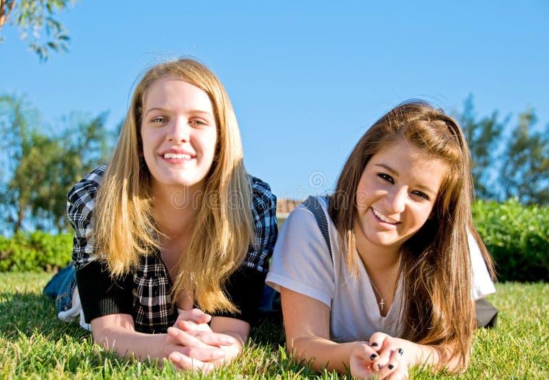 Amigos adolescentes junto foto de stock