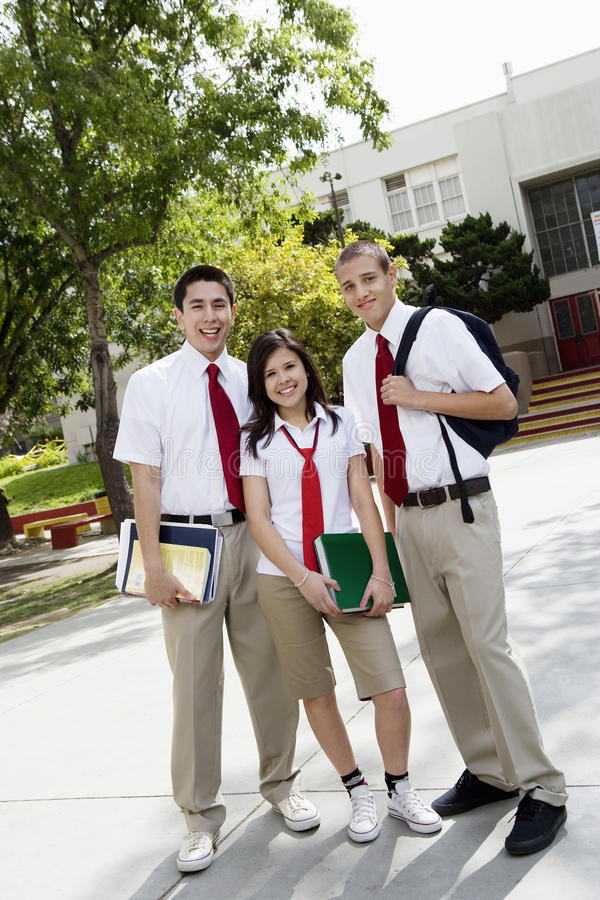 Amigos adolescentes no uniforme imagem de stock royalty free
