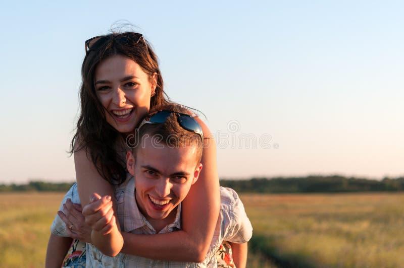 Amigos adolescentes que têm o divertimento fotografia de stock