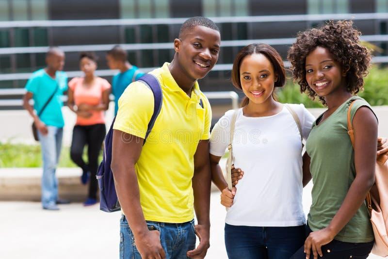 Amigos africanos da faculdade do grupo imagens de stock