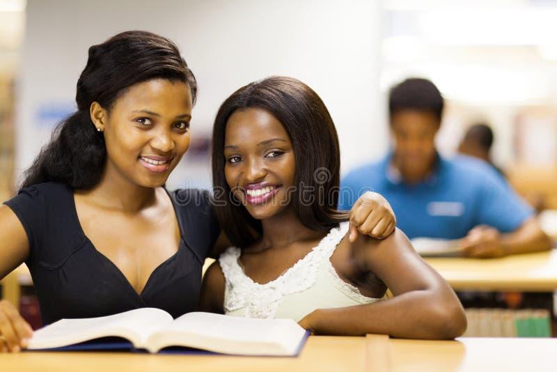 Amigos africanos da universidade fotos de stock
