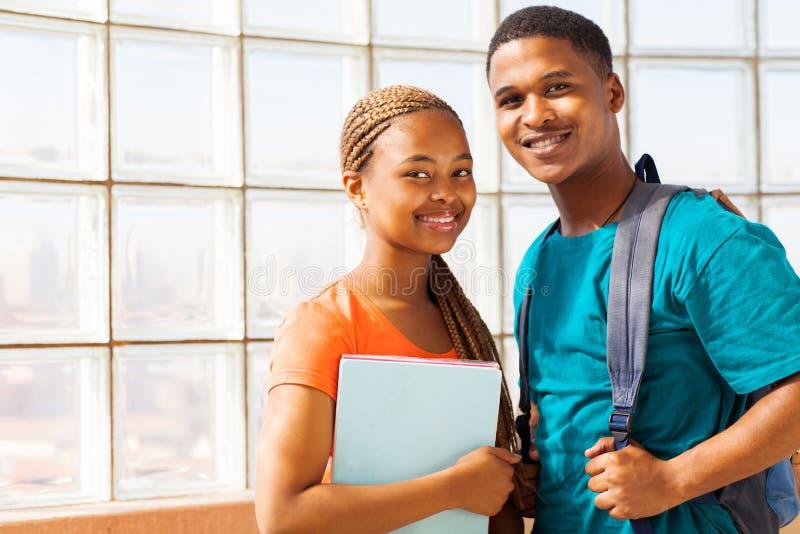 Amigos africanos de la universidad fotos de archivo