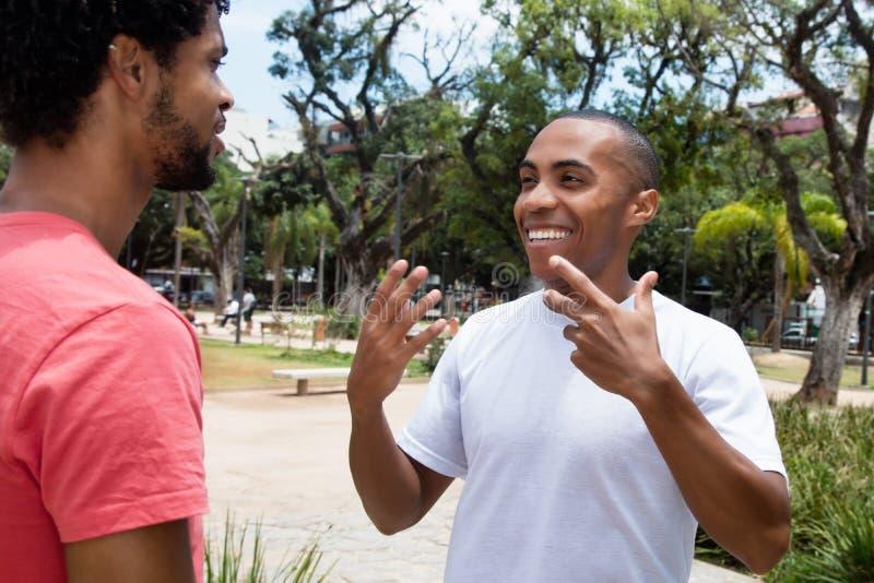 Amigos afro-americanos na discussão foto de stock
