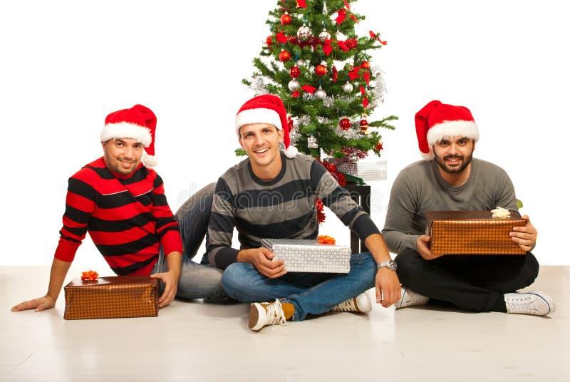 Amigos alegres com presentes do Natal fotografia de stock