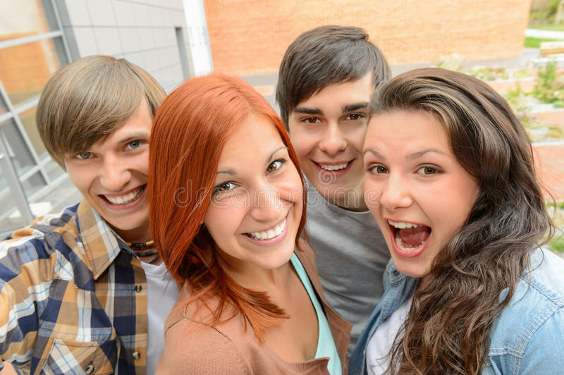 Amigos alegres do estudante que tomam o selfie imagens de stock