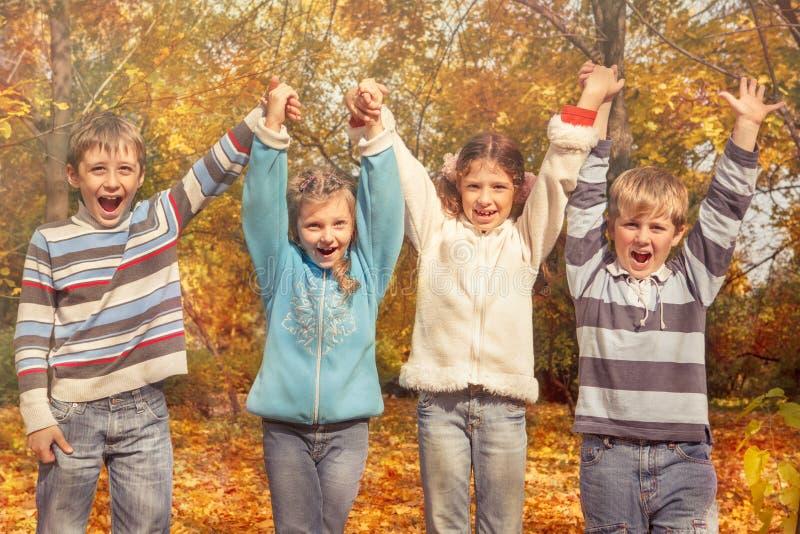 Amigos alegres que llevan a cabo las manos imágenes de archivo libres de regalías