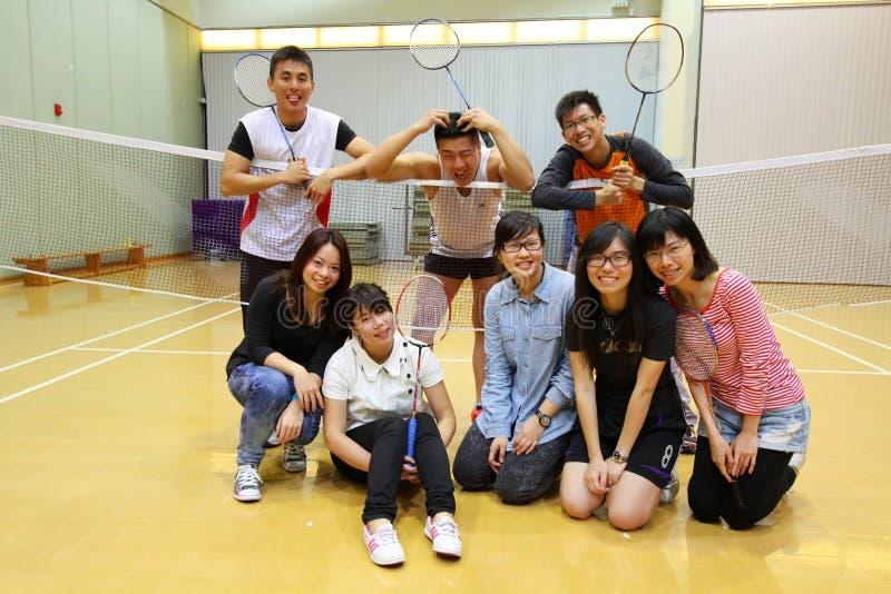 Amigos asiáticos que juegan a bádminton fotos de archivo