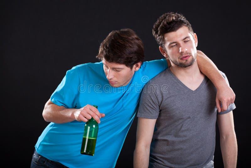 Amigos bêbados dos homens foto de stock