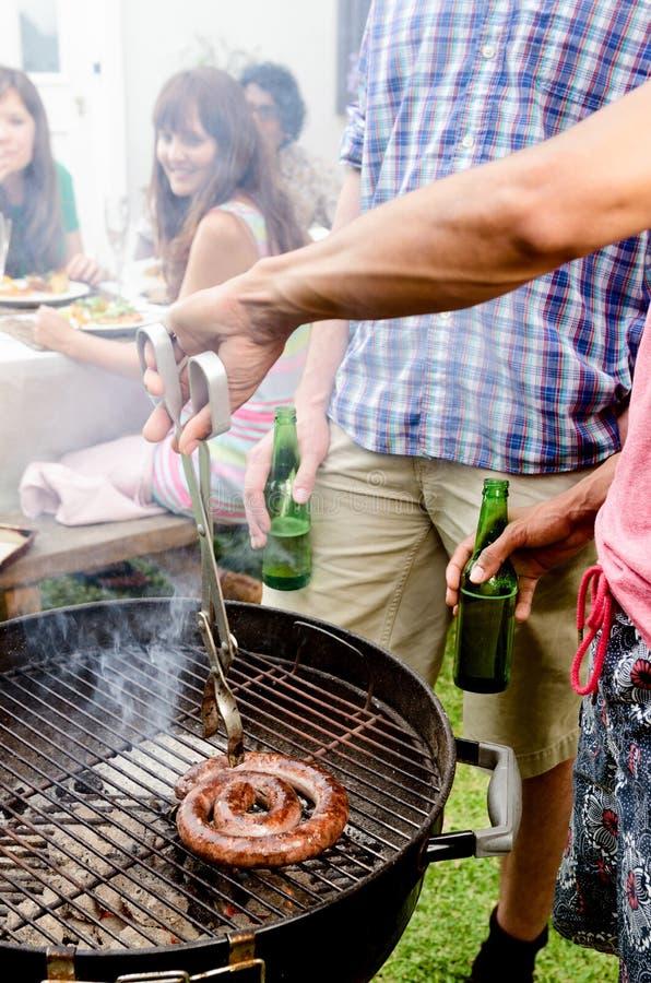 Amigos, BBQ e cervejas fotos de stock royalty free
