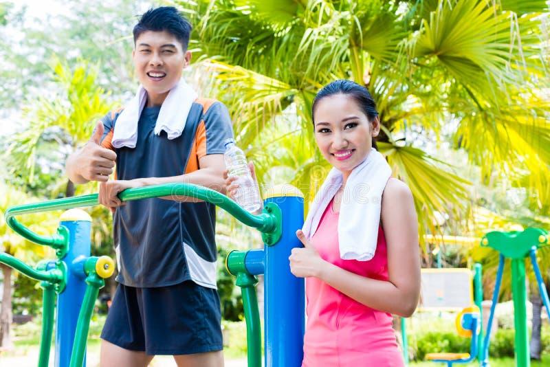 Amigos chineses asiáticos do esporte no gym exterior da aptidão imagem de stock royalty free