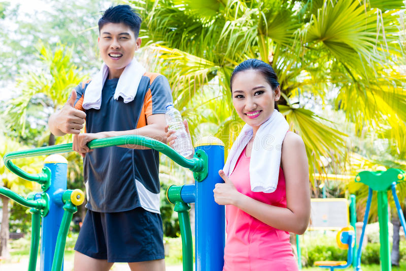 Amigos chinos asiáticos del deporte en gimnasio al aire libre de la aptitud imagen de archivo libre de regalías