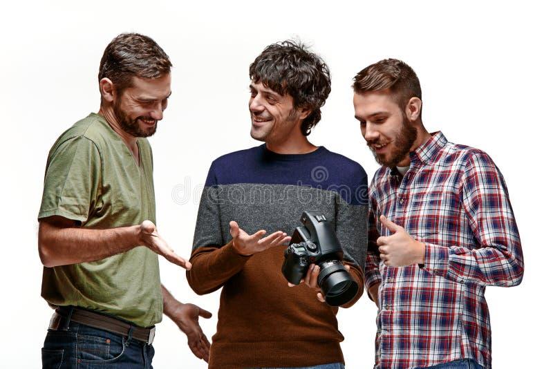Amigos com a câmera no branco fotografia de stock