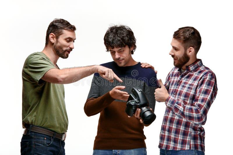 Amigos com a câmera no branco fotografia de stock royalty free
