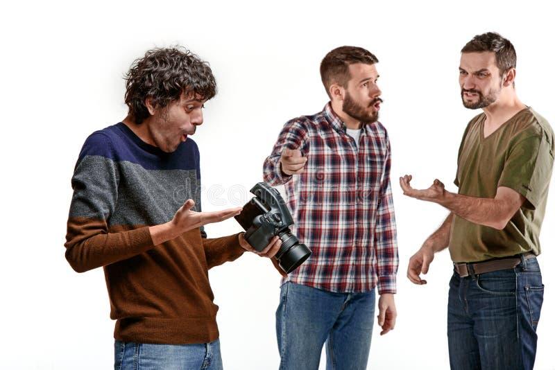 Amigos com a câmera no branco imagem de stock