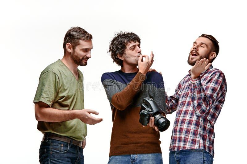 Amigos com a câmera no branco fotos de stock