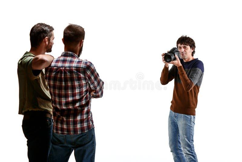 Amigos com a câmera no branco foto de stock