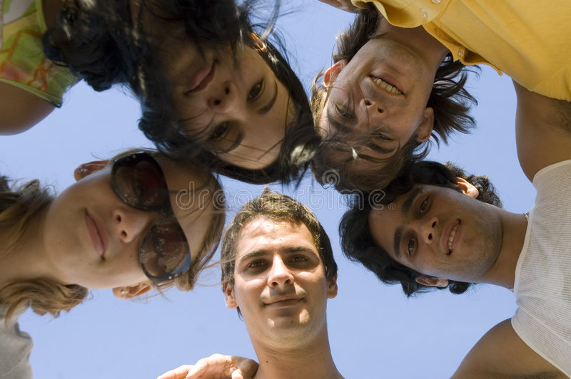 Amigos com cabeças junto fotografia de stock