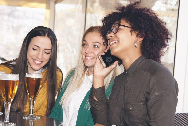 Amigos com móbil imagem de stock royalty free