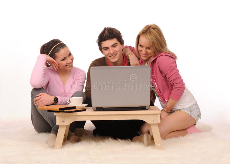 Amigos com portátil. fotografia de stock royalty free