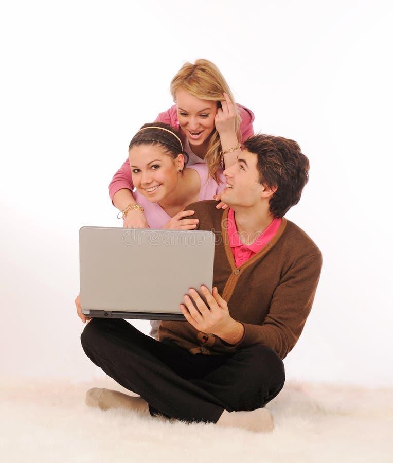 Amigos com portátil. fotos de stock