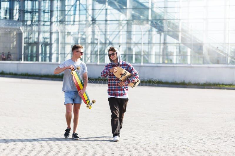 Amigos com skates fotografia de stock