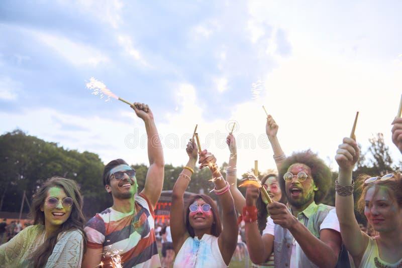 Amigos con la bengala que celebran festival de música del verano fotos de archivo