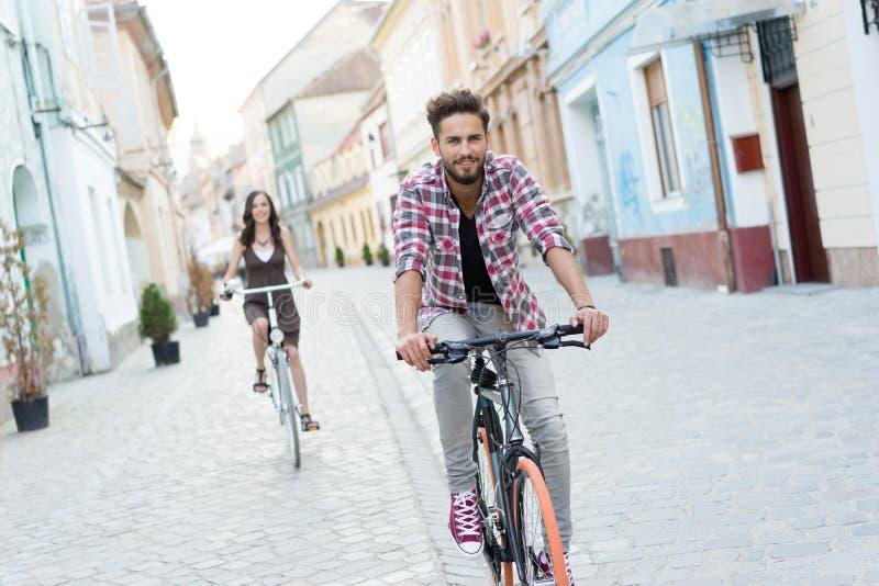 Amigos con las bicis de la ciudad imagen de archivo