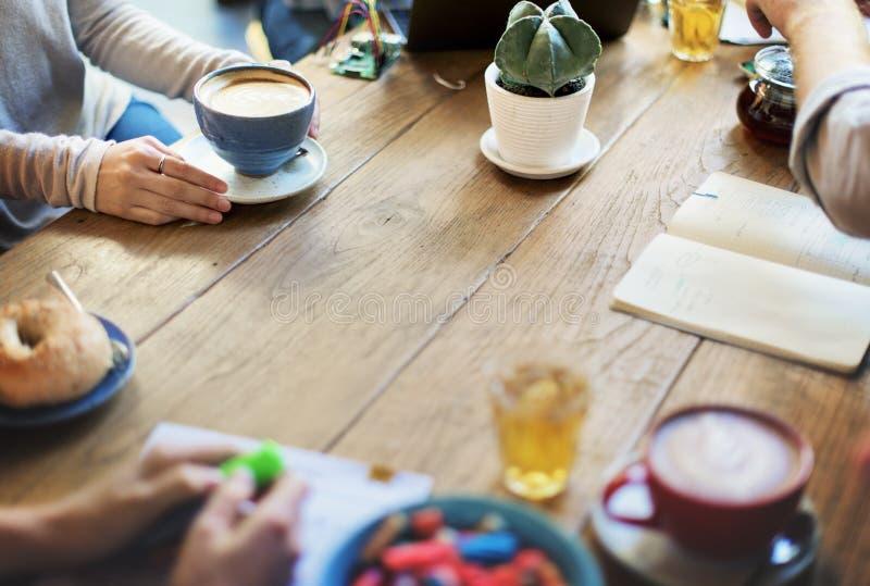 Amigos da diversidade que encontram o conceito da sessão de reflexão da cafetaria fotografia de stock royalty free