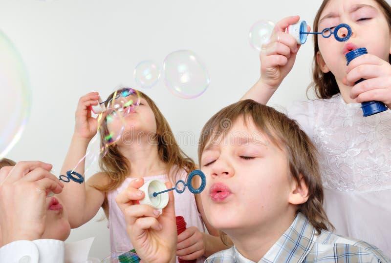 Amigos das crianças que fundem bolhas fotografia de stock royalty free