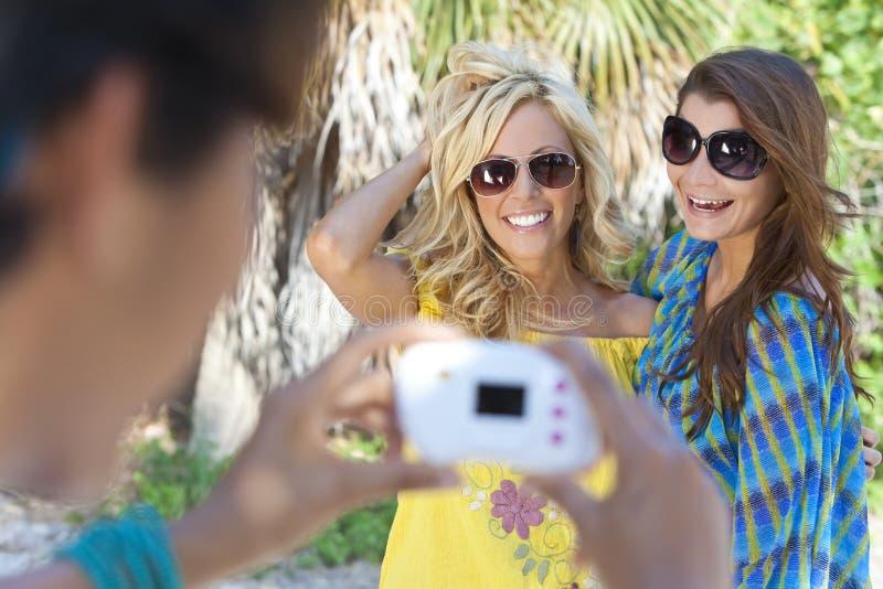 Amigos das mulheres novas que tomam retratos em férias imagens de stock