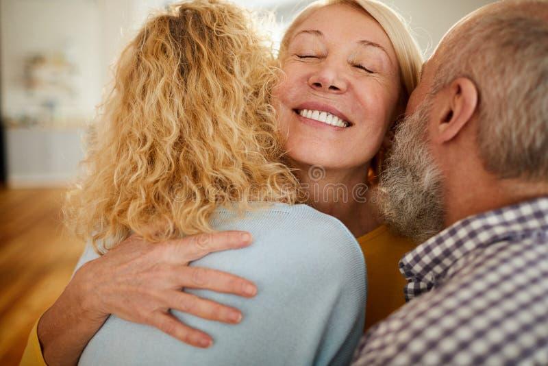 Amigos de abraço da mulher madura feliz imagens de stock