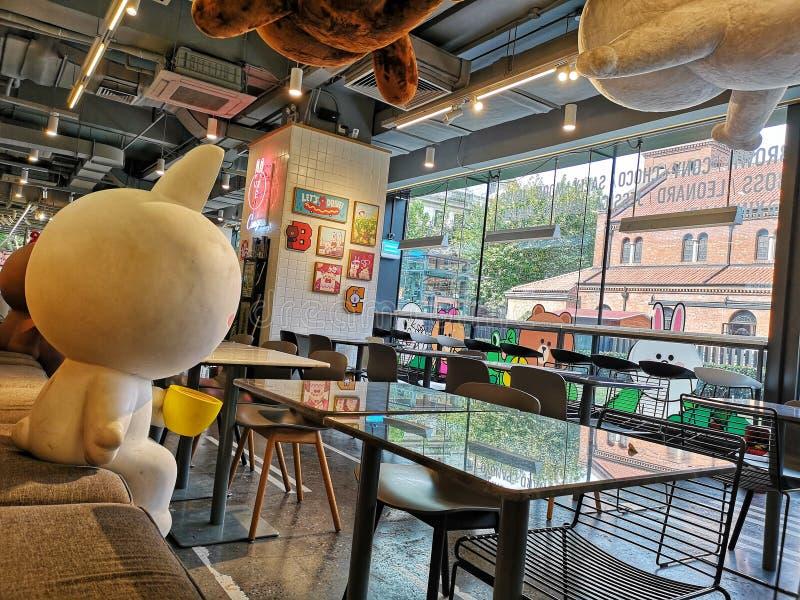 Amigos de línea del café Pop Culture en la ciudad de Shanghai, China foto de archivo libre de regalías