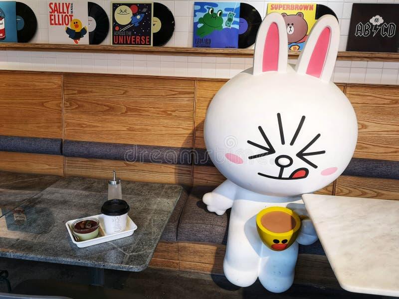 Amigos de línea del café Pop Culture en Xintiandi, ciudad de Shanghai, China imágenes de archivo libres de regalías