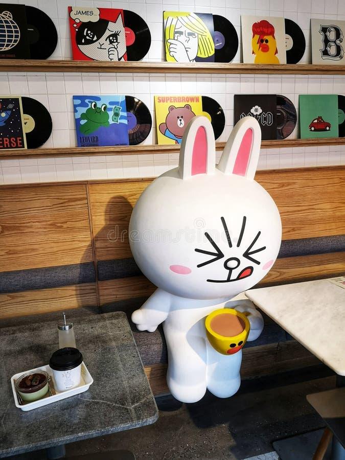 Amigos de línea del café Pop Culture en Xintiandi, ciudad de Shanghai, China imagen de archivo libre de regalías