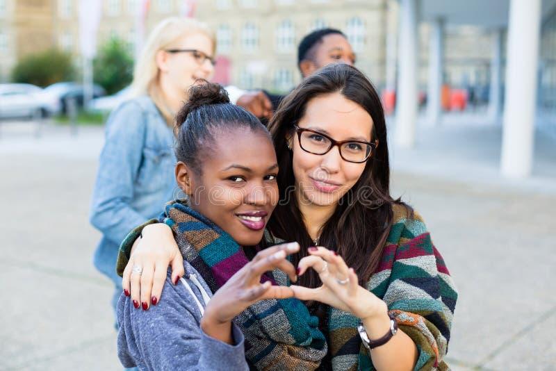 Amigos de la diversidad en ciudad imagen de archivo libre de regalías