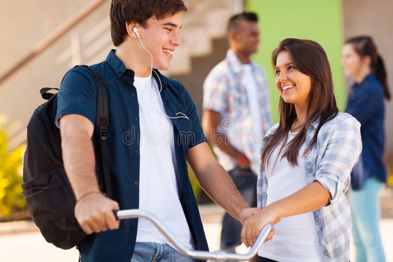 Amigos de la High School secundaria imagen de archivo libre de regalías