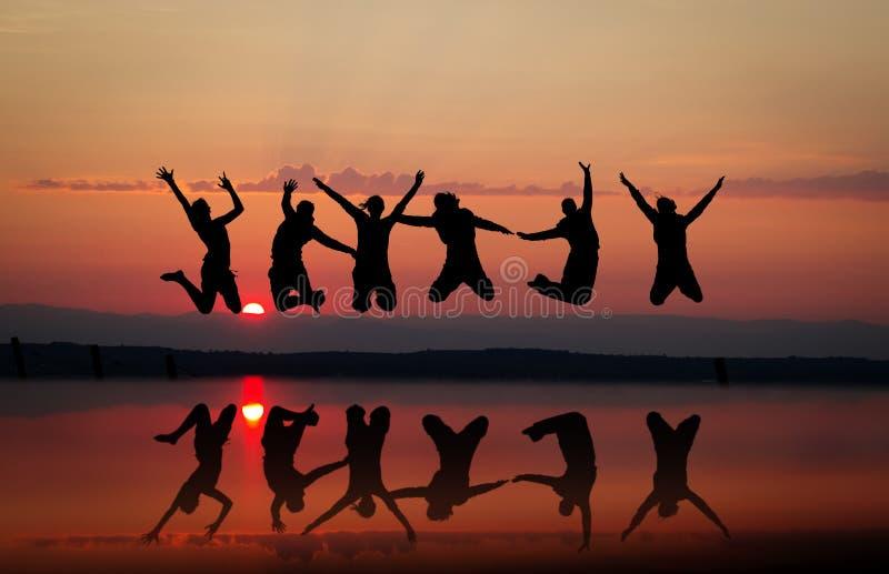 Amigos de la puesta del sol fotos de archivo libres de regalías