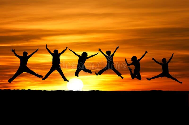 Amigos de la puesta del sol imagen de archivo libre de regalías