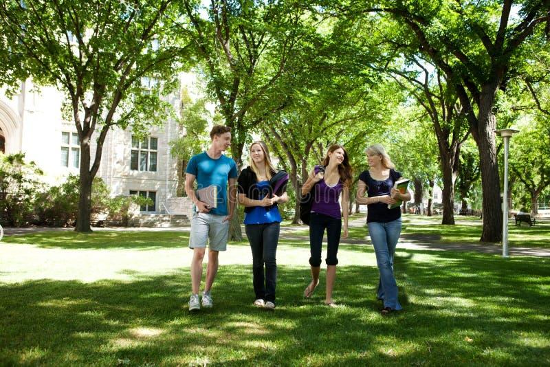 Amigos de la universidad en campus imágenes de archivo libres de regalías