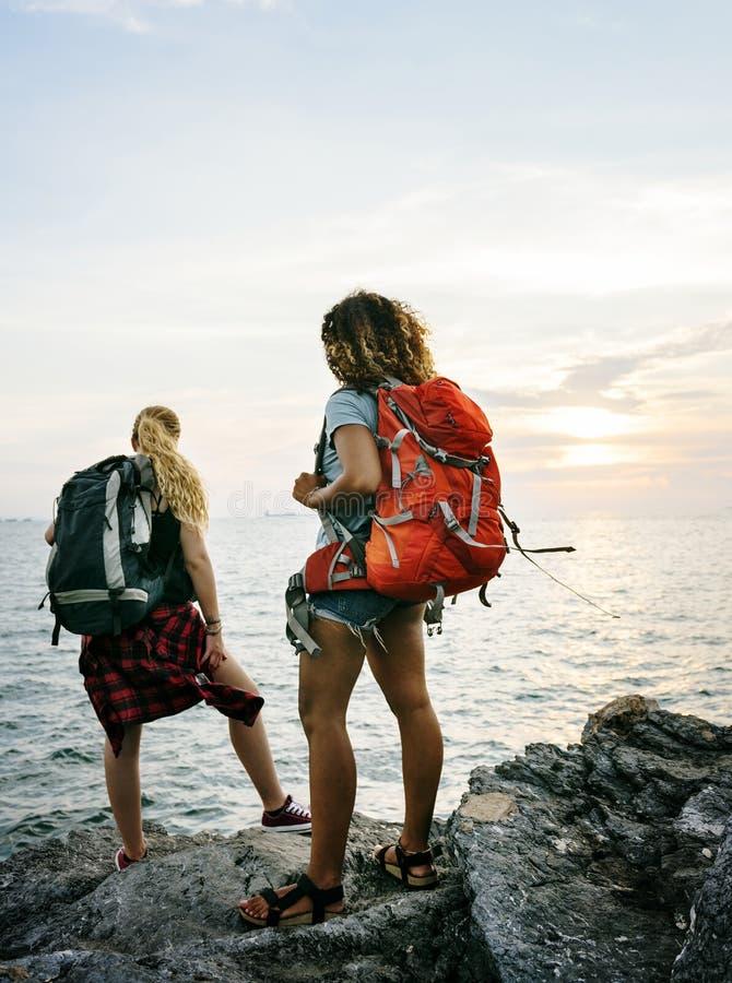 Amigos de las mujeres jovenes que viajan junto fotografía de archivo