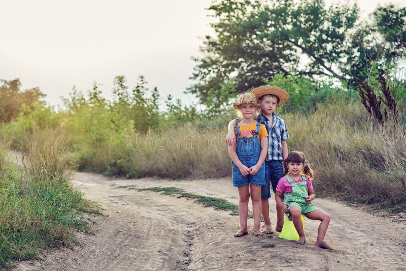 Amigos de los niños en un paseo en el campo descalzo foto de archivo libre de regalías