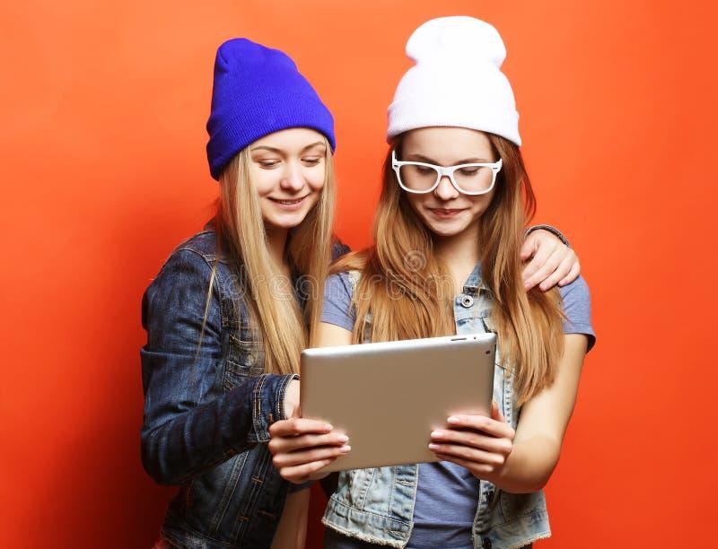 Amigos de meninas do moderno que tomam o selfie com tabuleta digital, estúdio fotos de stock royalty free
