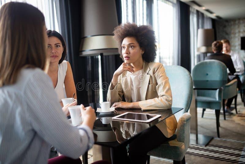 Amigos de meninas em um café que tem uma conversação séria sobre uma xícara de café fotografia de stock royalty free